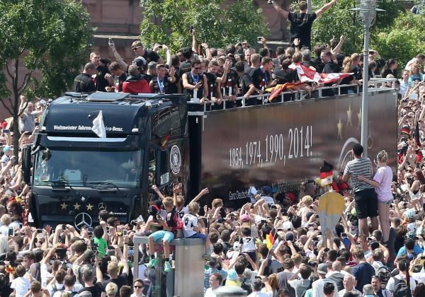 德國隊凱旋歸國 26萬球迷夾道迎英雄